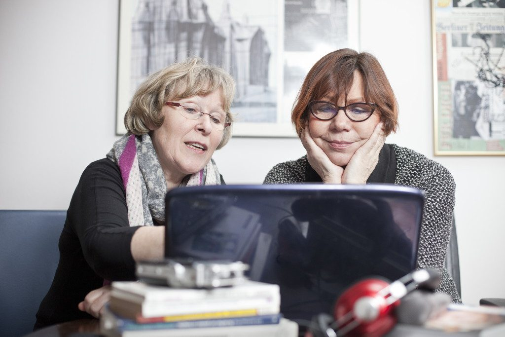 Rosi Mieder und Gislinde Schwarz bei ihrer journalistischen Arbeit